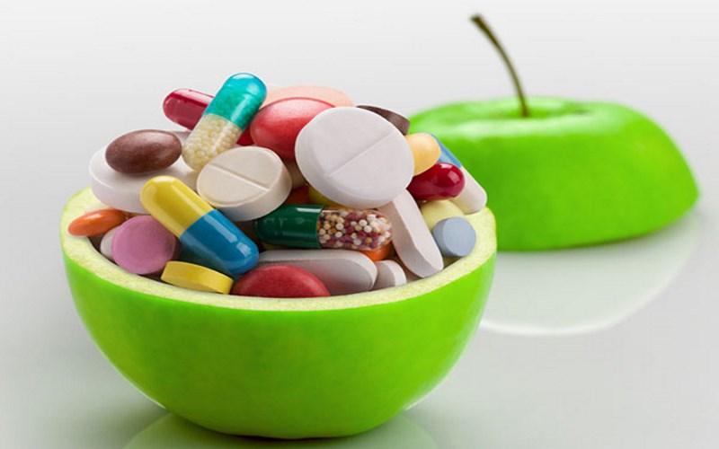 Витамины в капсулах и в яблоке